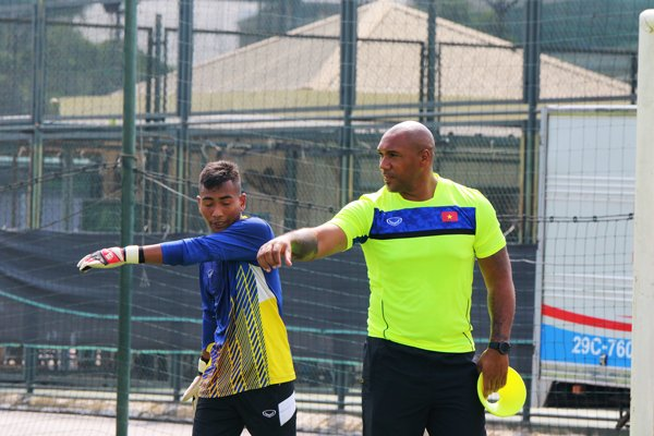 Ong Mai Duc Chung muon HLV thu mon Ngoai hang Anh cua U19 Viet Nam hinh anh 1