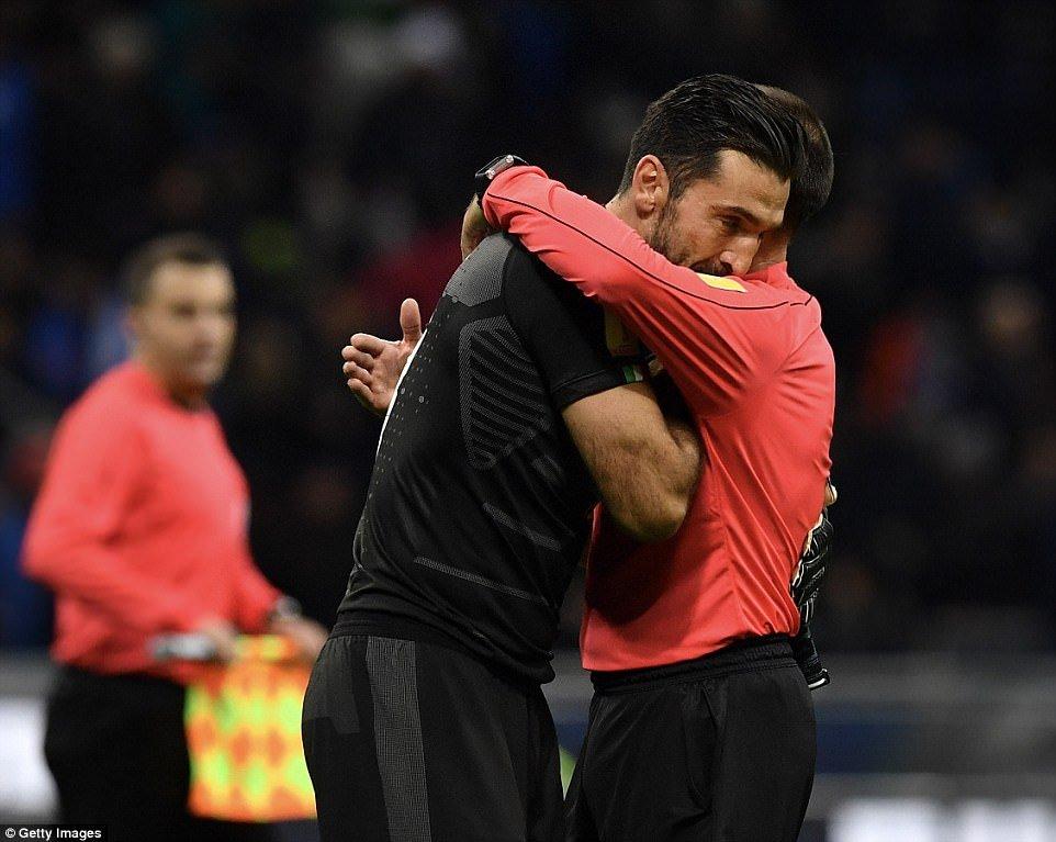 Italia mat World Cup 2018, Buffon roi nuoc mat tu gia doi tuyen hinh anh 1