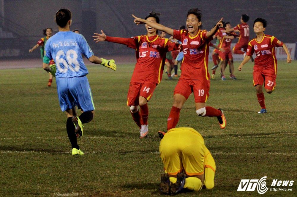 Video: Thua luan luu, cau thu Phong Phu Ha Nam khoc nhu mua hinh anh 4