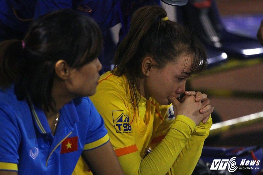Video: Thua luan luu, cau thu Phong Phu Ha Nam khoc nhu mua hinh anh 11