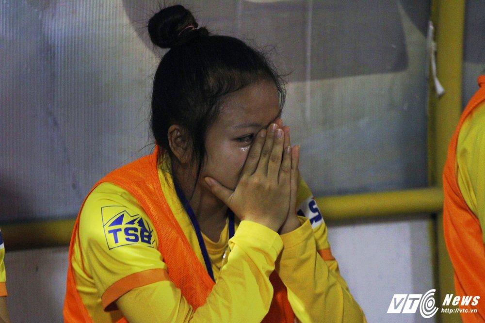 Video: Thua luan luu, cau thu Phong Phu Ha Nam khoc nhu mua hinh anh 6