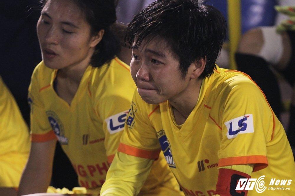 Video: Thua luan luu, cau thu Phong Phu Ha Nam khoc nhu mua hinh anh 9