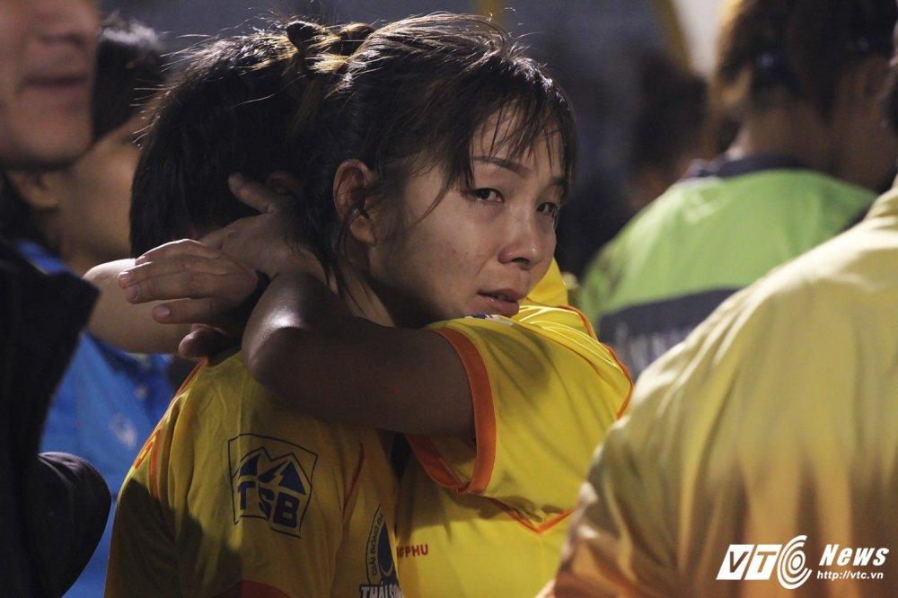Video: Thua luan luu, cau thu Phong Phu Ha Nam khoc nhu mua hinh anh 12