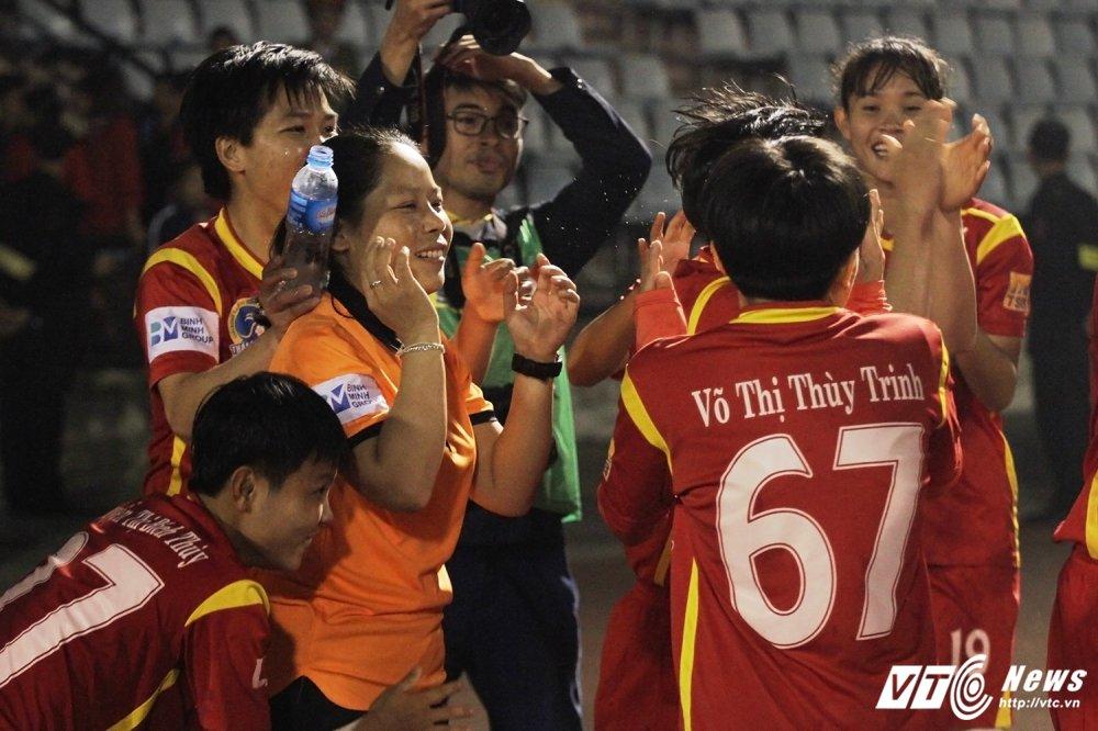 Video: Thua luan luu, cau thu Phong Phu Ha Nam khoc nhu mua hinh anh 14
