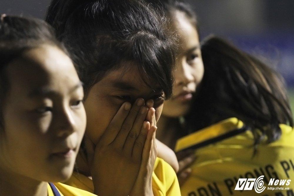 Video: Thua luan luu, cau thu Phong Phu Ha Nam khoc nhu mua hinh anh 13