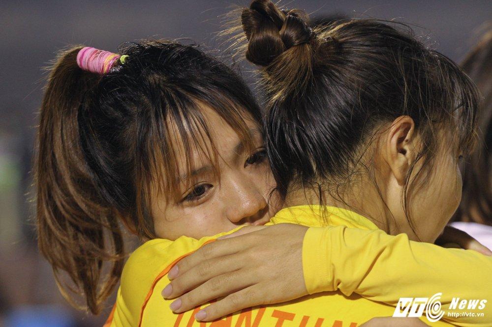 Video: Thua luan luu, cau thu Phong Phu Ha Nam khoc nhu mua hinh anh 8