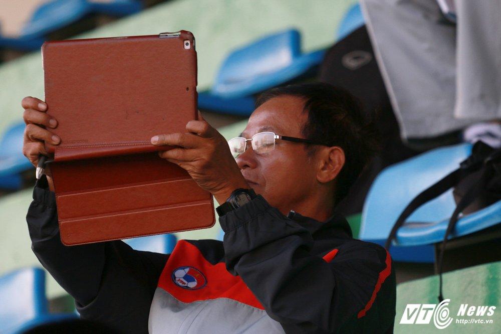 HLV Huu Thang cap sach theo hoc dong nghiep Park Hang Seo hinh anh 8