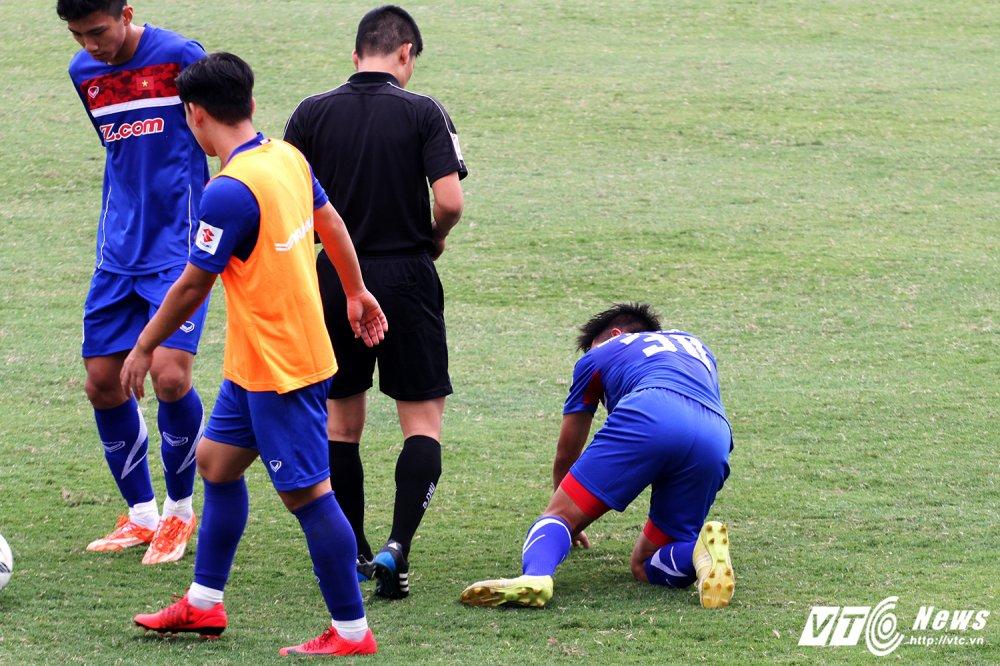 Cau thu thay nhau nam san, HLV Park Hang Seo dung ngoi khong yen hinh anh 6