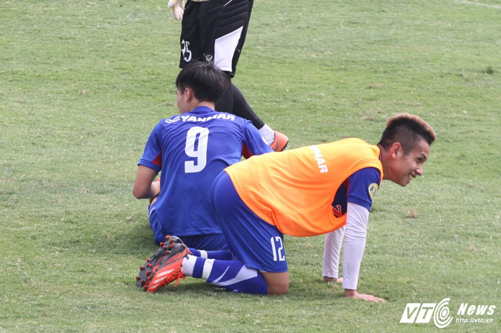 Cau thu thay nhau nam san, HLV Park Hang Seo dung ngoi khong yen hinh anh 9
