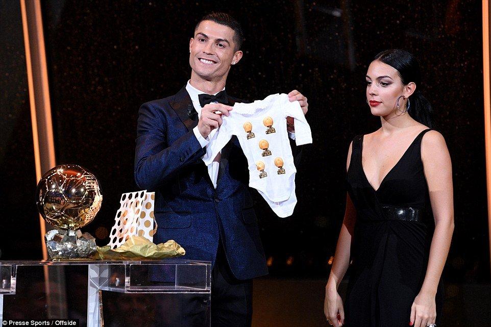 Gianh Qua bong vang, Ronaldo he lo dieu uoc de thuong ngay Giang Sinh hinh anh 1