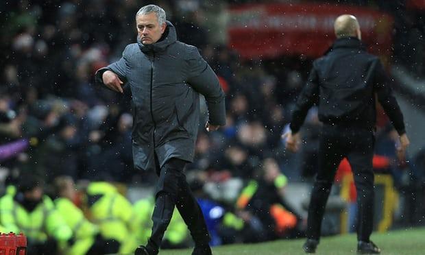 Thua derby, Mourinho con bi nem chai sua vao mat hinh anh 1