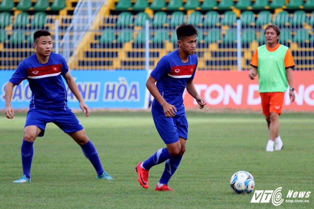 U19 Viet Nam cang minh tap luyen, HLV Tran Minh Chien 'toa son quan ho dau' hinh anh 7