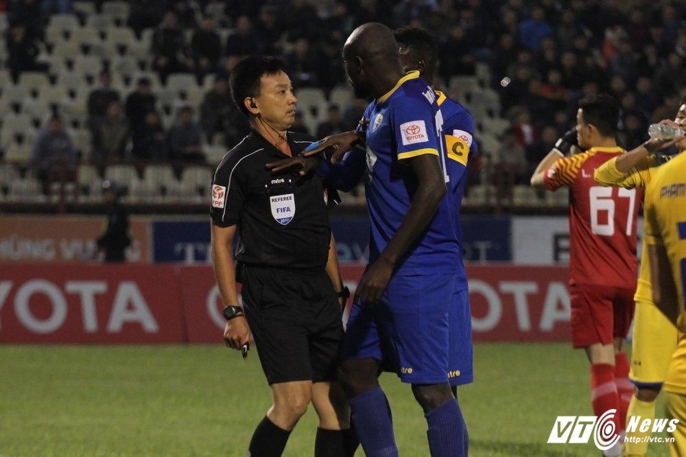 Cuu Coi vang Vo Minh Tri: 'O V-League, chui trong tai la de nhat' hinh anh 1
