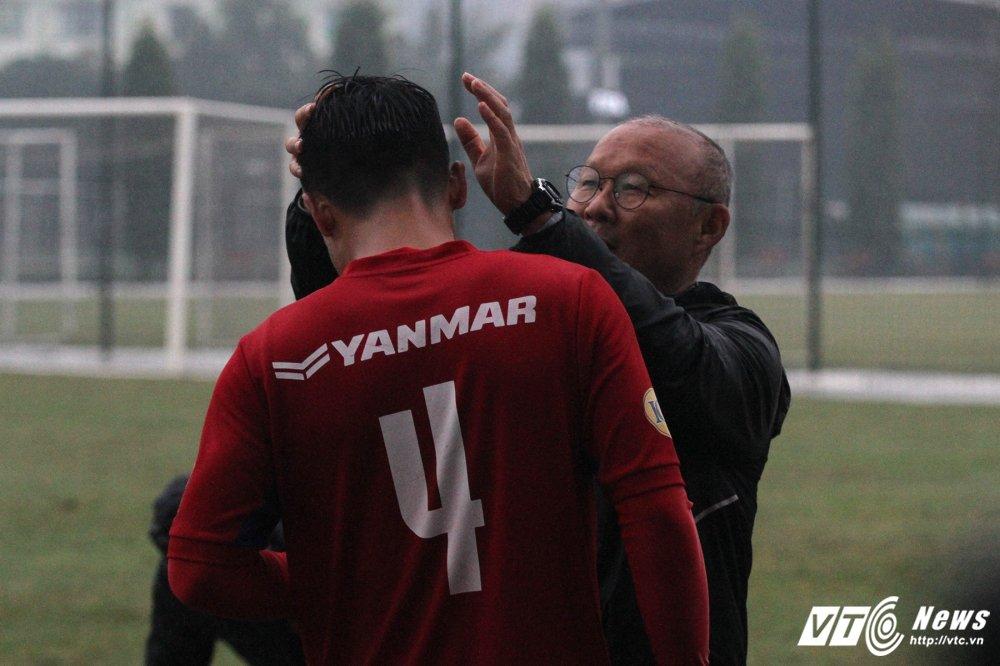 Thay Park Hang Seo tu tay chai chuot, hau ve U23 Viet Nam cuoi tuoi tra loi phong van hinh anh 3