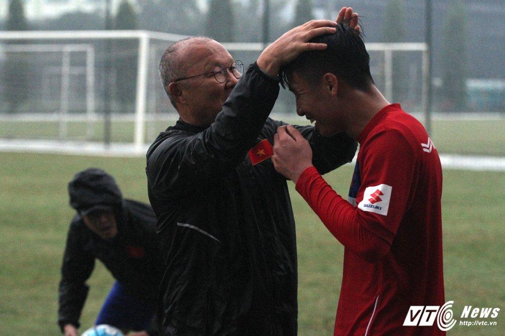 Thay Park Hang Seo tu tay chai chuot, hau ve U23 Viet Nam cuoi tuoi tra loi phong van hinh anh 4