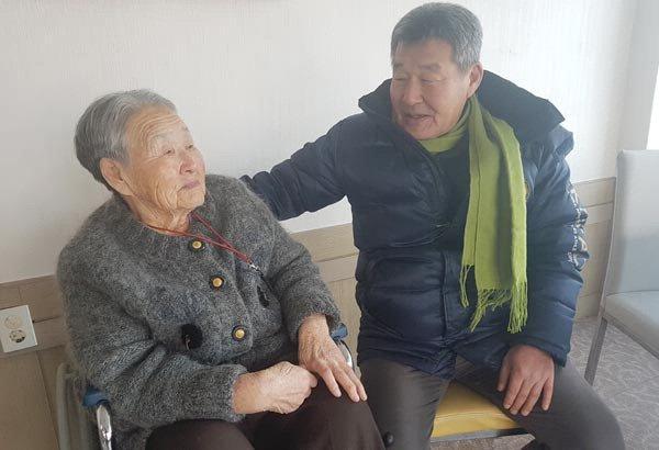 Me HLV Park Hang Seo khoc nghen, muon sang Viet Nam gap con trai hinh anh 1