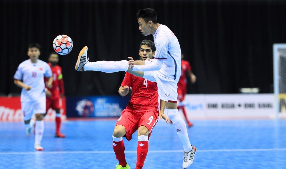 Trong tai 'tang qua', tuyen Viet Nam thang tran dau tien o giai Futsal chau A hinh anh 1
