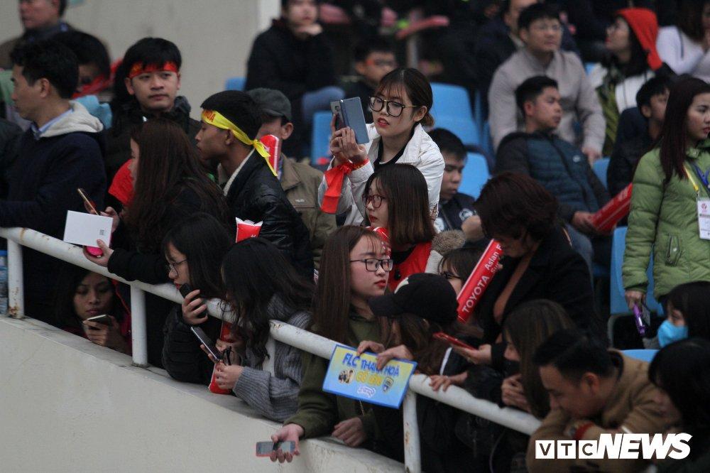 Fan nu chen nhau tang qua Valentine cho Bui Tien Dung hinh anh 3
