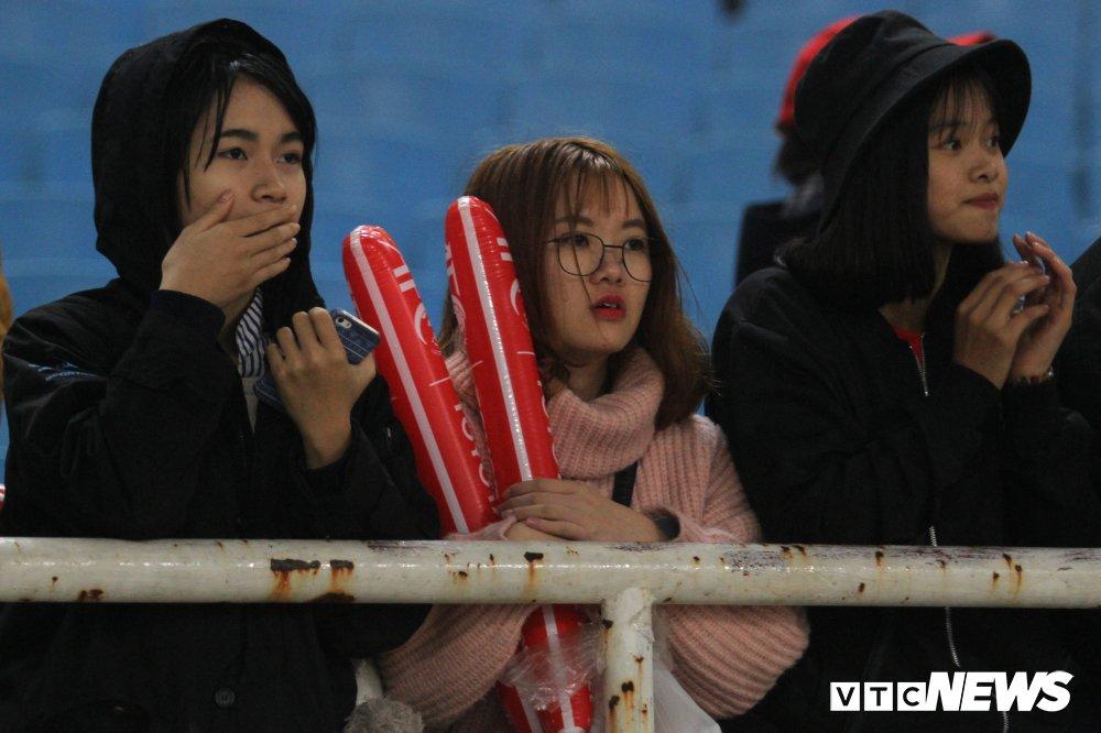 Fan nu chen nhau tang qua Valentine cho Bui Tien Dung hinh anh 5