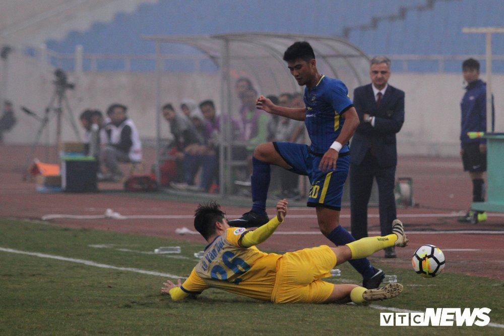 Bui Tien Dung thanh thoi, len giua san 'dao choi' nhu Neuer o AFC Cup hinh anh 9