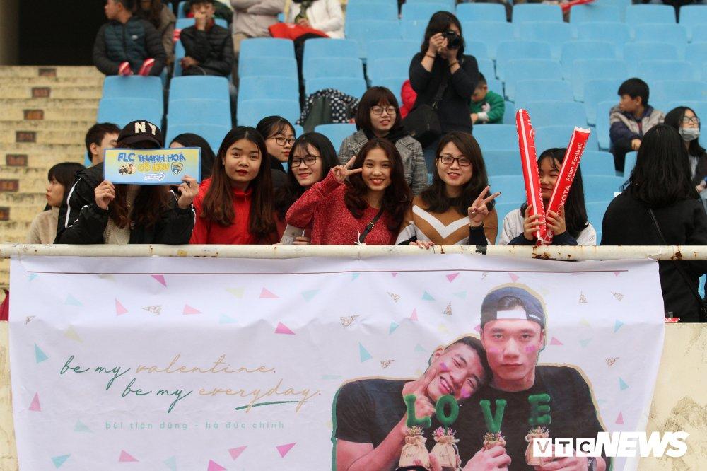 Fan nu chen nhau tang qua Valentine cho Bui Tien Dung hinh anh 2
