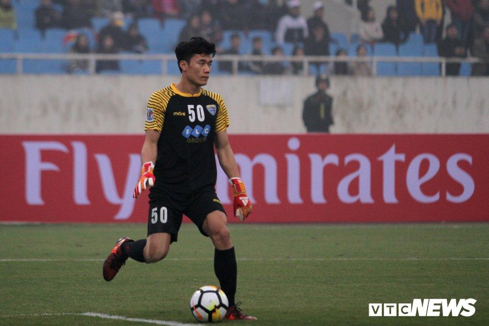Bui Tien Dung thanh thoi, len giua san 'dao choi' nhu Neuer o AFC Cup hinh anh 5