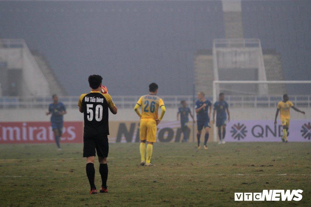 Bui Tien Dung thanh thoi, len giua san 'dao choi' nhu Neuer o AFC Cup hinh anh 2