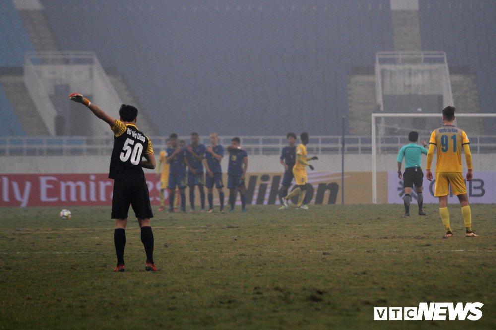 Bui Tien Dung thanh thoi, len giua san 'dao choi' nhu Neuer o AFC Cup hinh anh 4