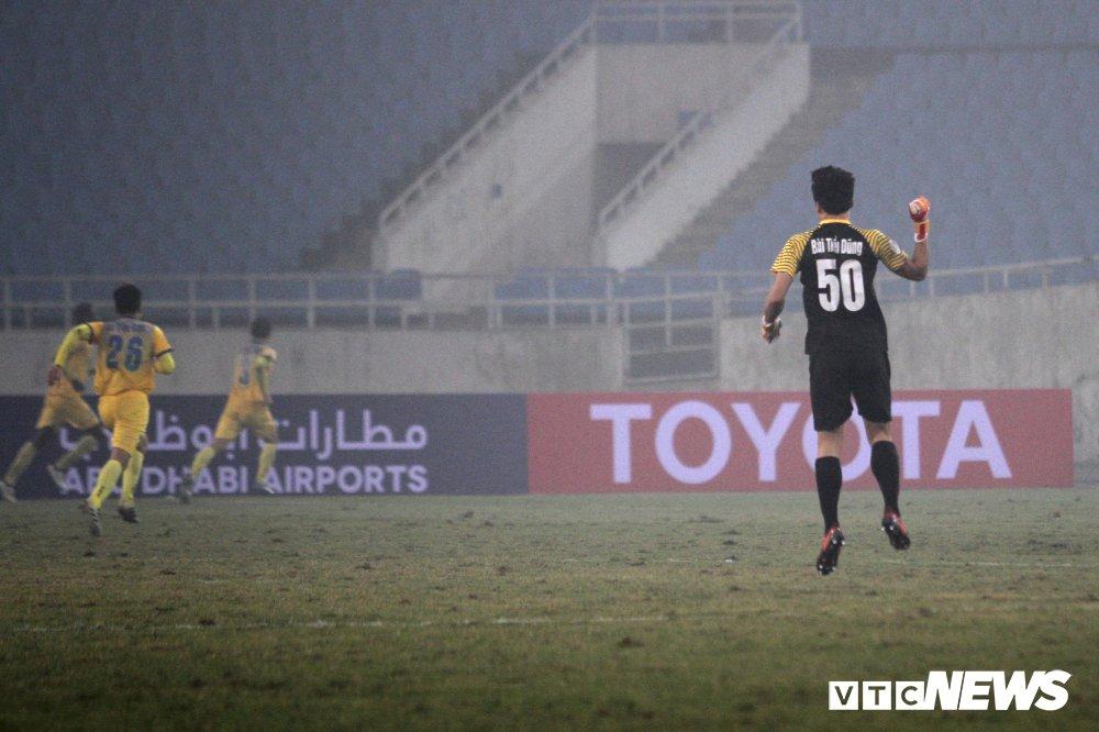 Bui Tien Dung thanh thoi, len giua san 'dao choi' nhu Neuer o AFC Cup hinh anh 6