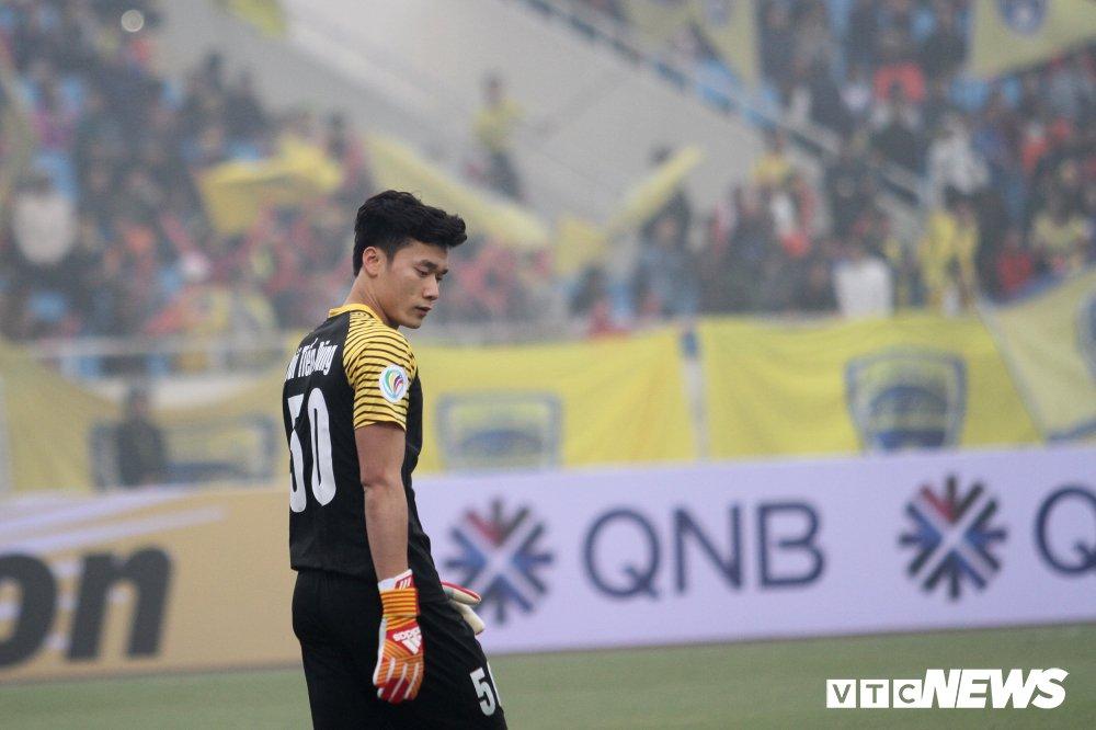 Bui Tien Dung thanh thoi, len giua san 'dao choi' nhu Neuer o AFC Cup hinh anh 1