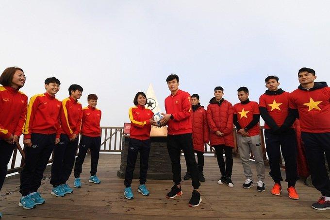 U23 Viet Nam thuong co tren dinh Fansipan, truyen lua chien thang cho tuyen nu Viet Nam hinh anh 3