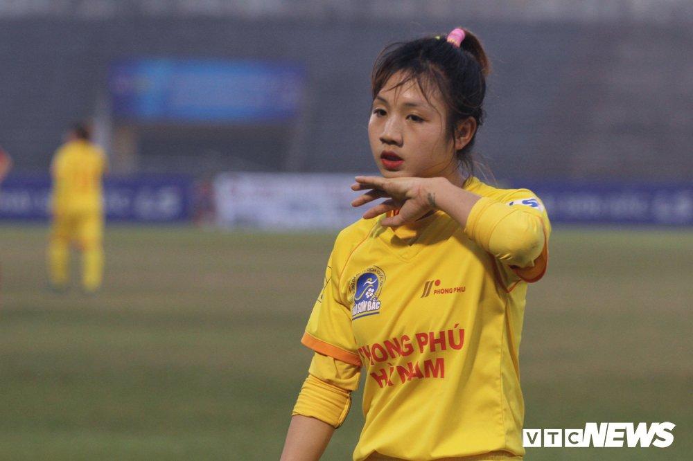 Hot girl bong da Viet: 'Tren san manh me vay, ngoai doi banh beo lam' hinh anh 2