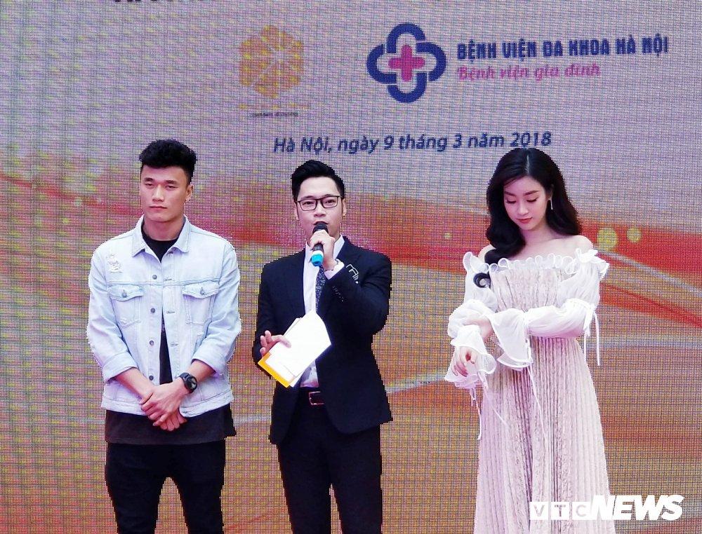 Video: Bui Tien Dung ben len nghe hoa hau Do My Linh ke chuyen lam dep hinh anh 1