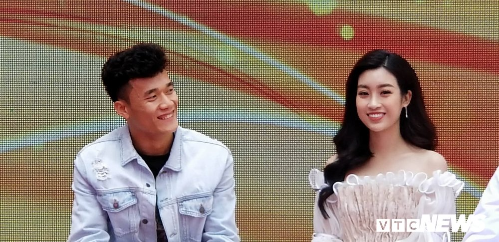 Video: Bui Tien Dung ben len nghe hoa hau Do My Linh ke chuyen lam dep hinh anh 3