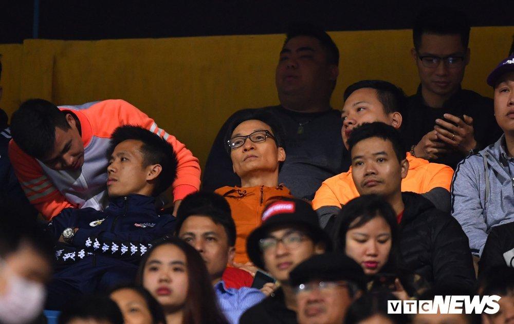 Pho thu tuong Vu Duc Dam xem V-League giua 'rung' co dong vien Thu do hinh anh 1