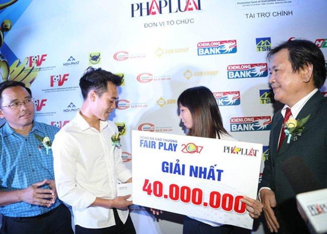 Van Toan tang lai tien thuong Fair Play cho dong nghiep nu chua benh ung thu cho me hinh anh 1