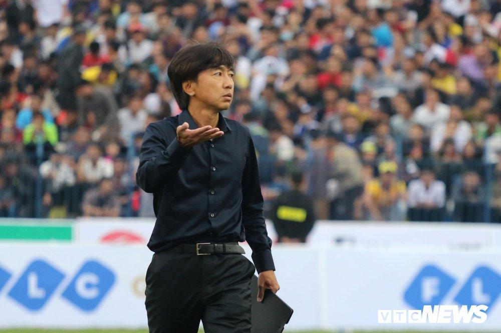 Vong 3 V-League: Bui Tien Dung mac sai sot, HLV Miura thang tran dau tien hinh anh 2