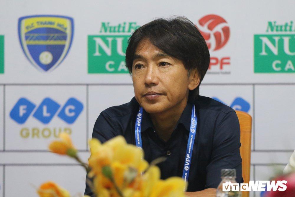 Thua tran ra quan V-League, HLV Miura che tham te san Thanh Hoa hinh anh 1