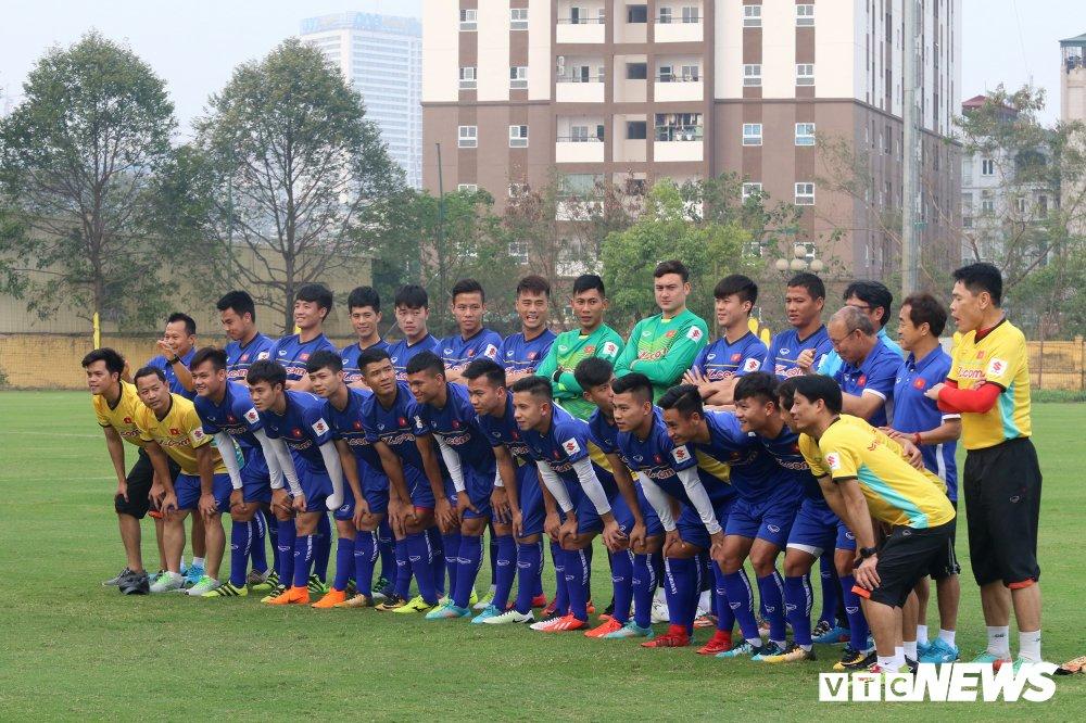 Bui Tien Dung vang mat, fan nu ngan ngo ngong tuyen Viet Nam truoc cong VFF hinh anh 1
