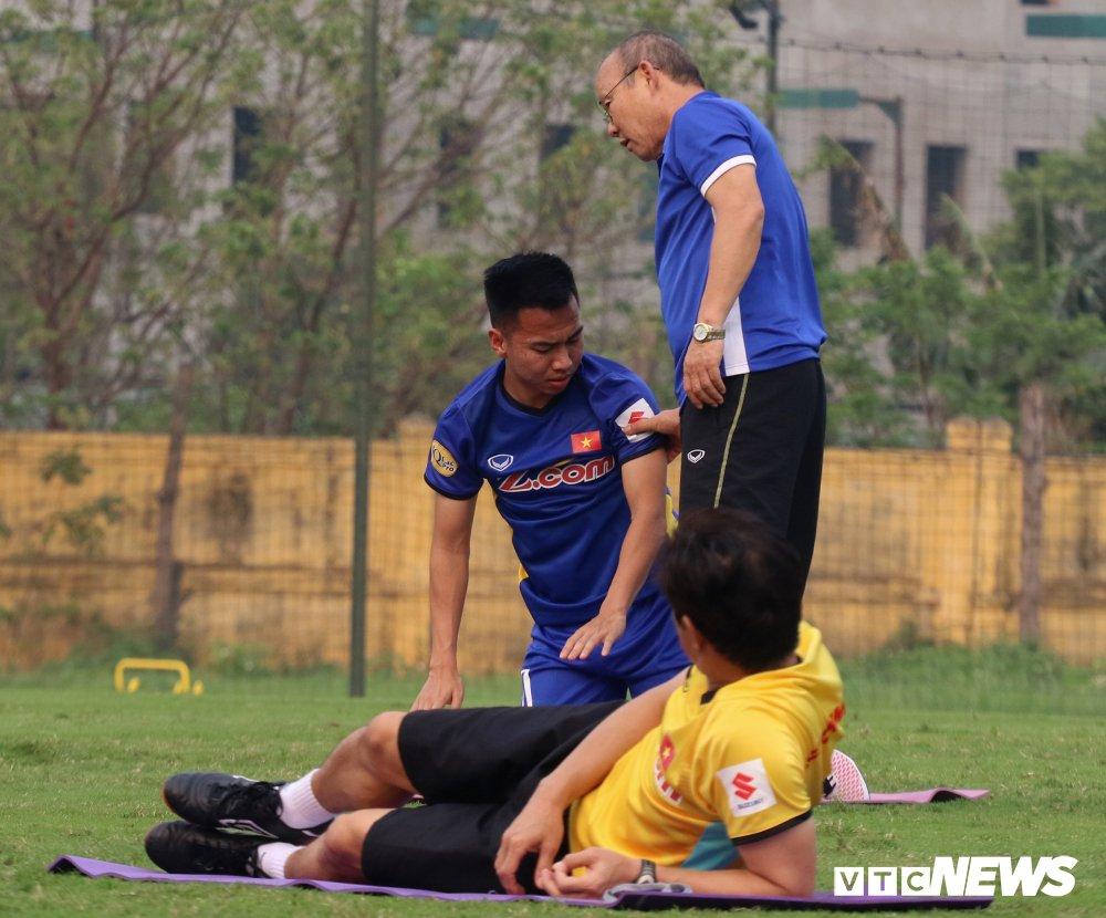 Bui Tien Dung vang mat, fan nu ngan ngo ngong tuyen Viet Nam truoc cong VFF hinh anh 7