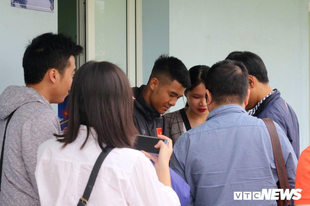 Bui Tien Dung vang mat, fan nu ngan ngo ngong tuyen Viet Nam truoc cong VFF hinh anh 11