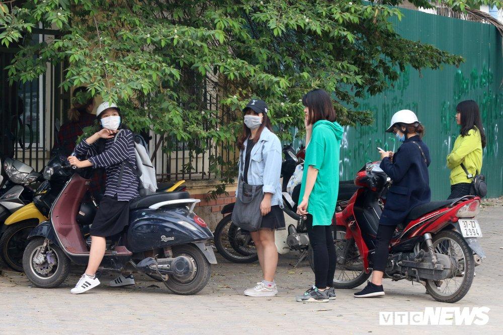 Bui Tien Dung vang mat, fan nu ngan ngo ngong tuyen Viet Nam truoc cong VFF hinh anh 12