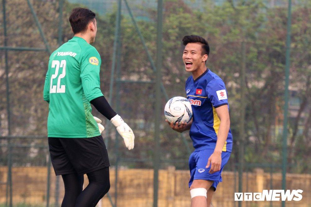 Bui Tien Dung vang mat, fan nu ngan ngo ngong tuyen Viet Nam truoc cong VFF hinh anh 10