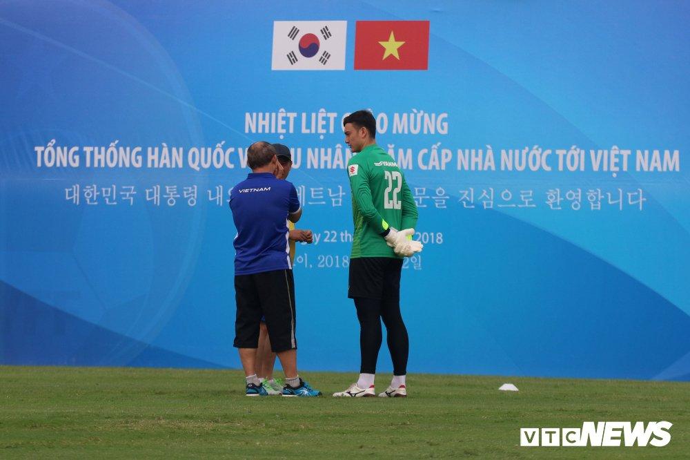 Bui Tien Dung vang mat, fan nu ngan ngo ngong tuyen Viet Nam truoc cong VFF hinh anh 3
