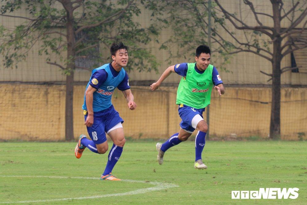 Bui Tien Dung vang mat, fan nu ngan ngo ngong tuyen Viet Nam truoc cong VFF hinh anh 8