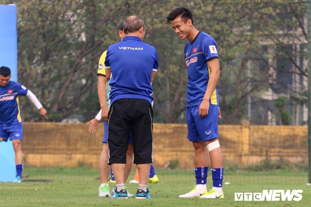 Bui Tien Dung vang mat, fan nu ngan ngo ngong tuyen Viet Nam truoc cong VFF hinh anh 4