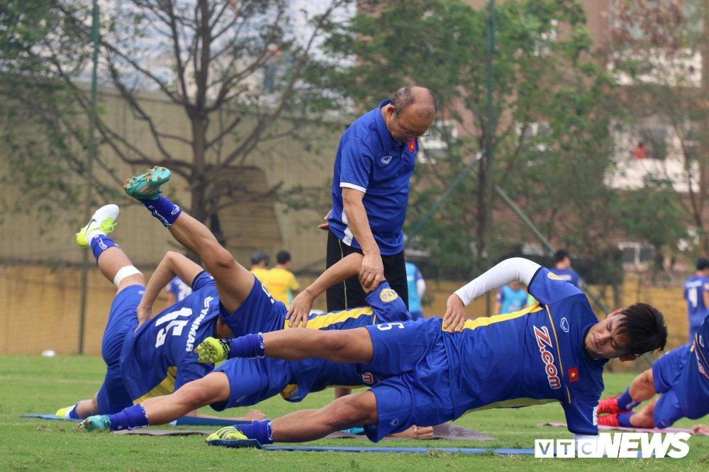 Bui Tien Dung vang mat, fan nu ngan ngo ngong tuyen Viet Nam truoc cong VFF hinh anh 6
