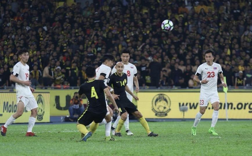 Nghe loi 'HLV online', Malaysia duoi 14 cau thu cung luc hinh anh 1