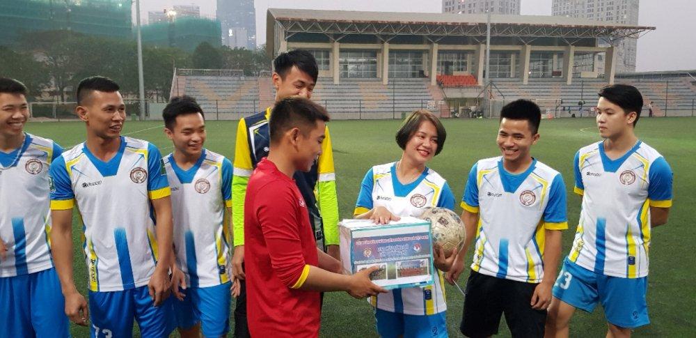 Bac sy U23 Viet Nam cung dong nghiep giup do nu tuyen thu gap kho khan hinh anh 1