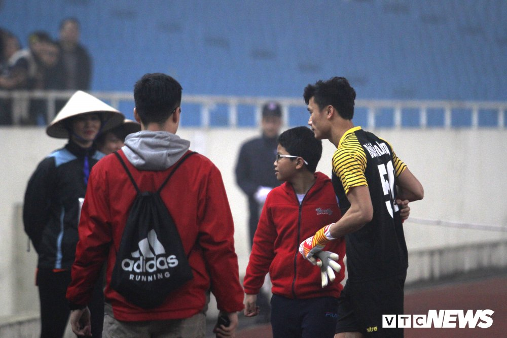 Fan cuong xuong san 'san' Bui Tien Dung, FLC Thanh Hoa bi phat nang hinh anh 1